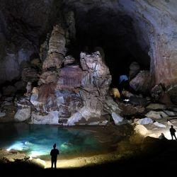 Esta fotografía muestra a los visitantes en la cueva de Son Doong, una de las cuevas naturales más grandes del mundo, durante un recorrido por la provincia de Quang Binh, en el centro de Vietnam. | Foto:Nhac Nguyen / AFP