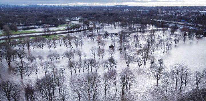 Una vista aérea muestra el campo de golf de Withington que se encuentra sumergido y actúa como una llanura aluvial cuando el río Mersey se desbordó en Didsbury, noroeste de Inglaterra.
