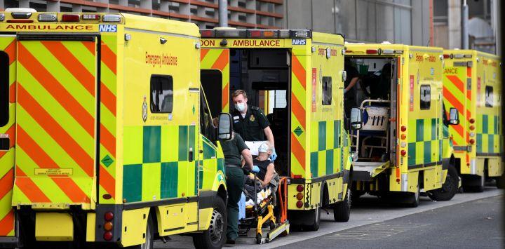 Los paramédicos sacan a un paciente de su ambulancia y lo llevan al Royal London Hospital en el este de Londres. - La tasa de mortalidad por coronavirus en Gran Bretaña ha aumentado casi un 15 por ciento durante la semana pasada, ya que las crecientes tasas de infección a lo largo de diciembre se han sumado al aumento del hospital admisiones y defunciones.