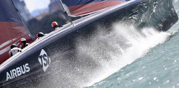 New York Yacht Club American Magic compite contra INEOS Team UK en la segunda ronda, carrera 1 durante la Prada Cup de 2021 de la serie de desafíos de la Copa América en Auckland.