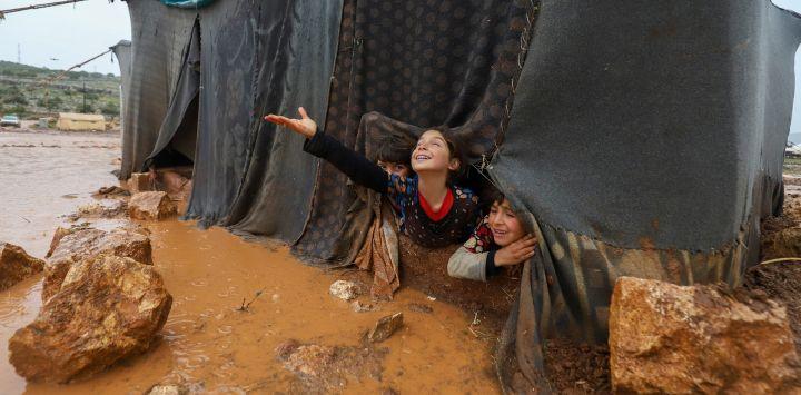 Los niños juegan en el campamento para desplazados de Umm Jurn, cerca de la aldea de Kafr Uruq, en la provincia de Idlib, en el norte de Siria, controlada por los rebeldes.