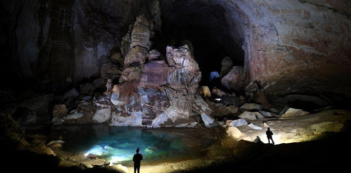 Esta fotografía muestra a los visitantes en la cueva de Son Doong, una de las cuevas naturales más grandes del mundo, durante un recorrido por la provincia de Quang Binh, en el centro de Vietnam.
