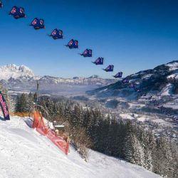 Como se puede ver en el video, el equipo Red Bull Skydive realizó un vuelo rasante para mostrar de forma resumida a qué se enfrentará los esquiadores más rápidos del mundo.