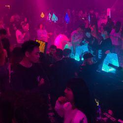 La gente visita un club nocturno en Wuhan, provincia central de Hubei en China. | Foto:Hector Retamal / AFP