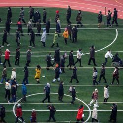 Las personas hacen fila para hacerse la prueba del coronavirus Covid-19 en Beijing, como parte de una campaña para evaluar a dos millones de personas en 48 horas mientras la ciudad se apresura a eliminar un nuevo grupo local de casos que se cree que están relacionados con una variante de virus más contagiosa. | Foto:Noel Celis / AFP
