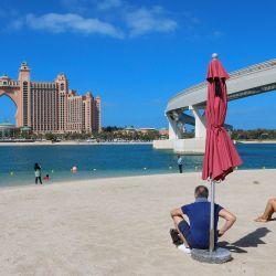 La foto muestra el hotel Atlantis The Palm de La Mer Beach en Dubai. - Dubai tomó medidas drásticas en su escena de entretenimiento y suspendió las cirugías no esenciales en los hospitales después de un aumento en los casos de coronavirus en los Emiratos Árabes Unidos, ya que el deslumbrante emirato permanece abierto a los turistas. Dubai, uno de los siete emiratos que componen los Emiratos Árabes Unidos, se ha calificado este invierno como un escape abierto, soleado y sin cuarentena. Pero las infecciones por Covid-19 han aumentado desde el Año Nuevo y los Emiratos Árabes Unidos registraron un récord diario de 3.529 casos nuevos el jueves, un nuevo máximo por décimo día consecutivo. | Foto:Giuseppe Cacace / AFP