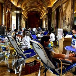 Los ciudadanos donan su sangre en un centro médico instalado en la Salle des Illustres del Ayuntamiento de Toulouse, en el sur de Francia, como parte de la mayor operación de donación de sangre en Francia. - Con unos 3000 donantes durante cuatro días, es la mayor colección de sangre de Francia y una de las mejores de Europa. | Foto:Georges Gobet / AFP