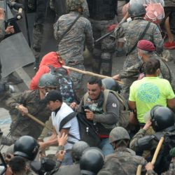 Migrantes hondureños, parte de una caravana que se dirige a los Estados Unidos, chocan con las fuerzas de seguridad guatemaltecas en Vado Hondo. - La policía guatemalteca lanzó gases lacrimógenos el domingo para tratar de dispersar una caravana de miles de migrantes que se dirigían hacia los Estados Unidos. Estados. | Foto:Johan Ordonez / AFP