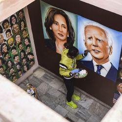 El pintor Jagjot Singh Rubal da los toques finales a una pintura que representa al presidente de Estados Unidos, Joe Biden y a la vicepresidenta Kamala Harris en Amritsar. | Foto:Narinder Nanu / AFP