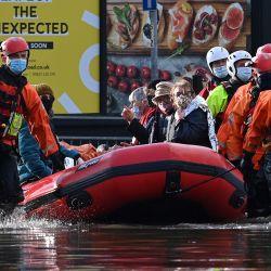 Los miembros de los Servicios de Emergencia, con mascarillas protectoras debido a la pandemia COVID-19, trabajan para evacuar a los residentes y trabajadores de Care Home después de que quedaron varados por el agua de la inundación, en Northwich, noroeste de Inglaterra, cuando la tormenta Christoph trae fuertes lluvias e inundaciones en Inglaterra. | Foto:Paul Ellis / AFP