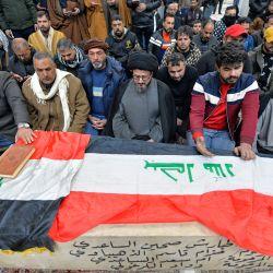 Los dolientes iraquíes rezan sobre el ataúd de una víctima que murió en un atentado suicida gemelo en el centro de Bagdad, durante un funeral en la ciudad santa de Najaf. - Un raro atentado suicida gemelo mató a 32 personas e hirió a 110 en un mercado abarrotado en el centro de Bagdad, dijo el gobierno de Irak, el ataque más mortífero de la ciudad en tres años. | Foto:Ali Najafi / AFP