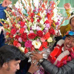 Los escaladores de Nepal reciben un ramo de flores de los operadores turísticos locales a su llegada al aeropuerto después de convertirse en los primeros en llegar a la cima de la montaña K2 de Pakistán en invierno, en Islamabad. | Foto:Farooq Naeem / AFP