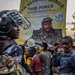Los partidarios esperan la llegada del reelegido presidente de Uganda, Yoweri Museveni, a su regreso de su casa de campo en Kampala. - Este es el sexto mandato del líder de 76 años, que asumió el poder en 1986, es uno de los presidentes de África con más años de servicio. | Foto:Sumy Sadurni / AFP