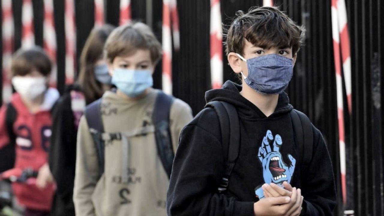 Alumnos en la vuelta a clases en el Reino Unido.  | Foto:AFP
