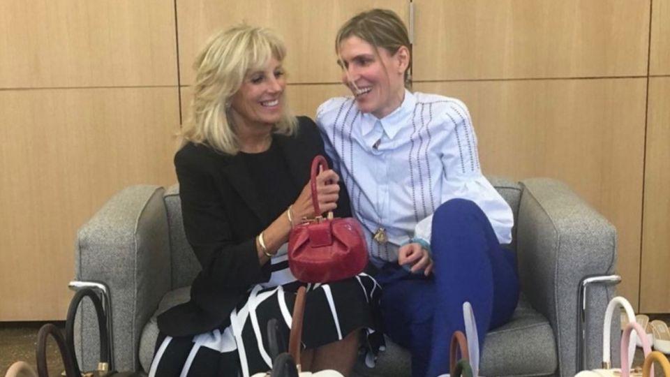 Jill Biden y Gabriela Hearst ante las carteras Nina, un accesorio exitoso diseñado por Gabriela.