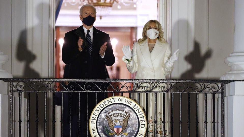 Jill Biden con el diseño de Gaby Hearst en la primera salida al balcón de la Casa Blanca, como primera dama.