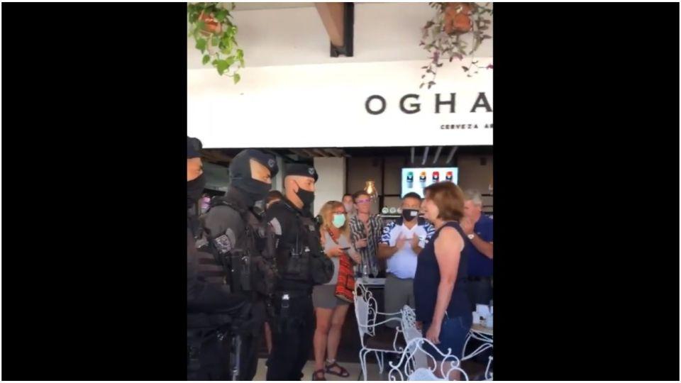 Patricia Bullrich fue saludada por policías durante la presentación de su libro.