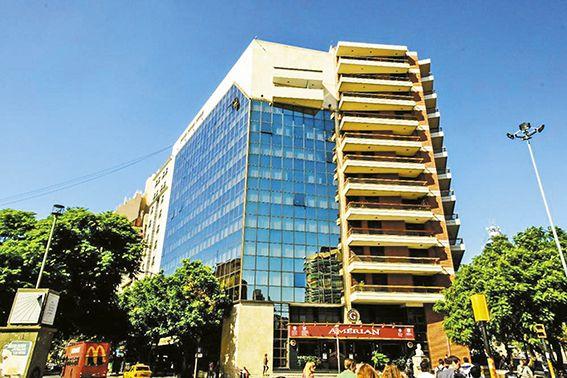 AMÈRIAN PARK. El emblemático hotel ubicado en la esquina de bulevar San Juan y avenida Hipólito Yrigoyen.
