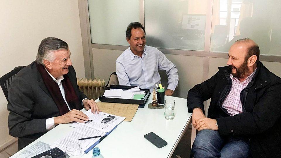 Gioja, Scioli e Insfrán, en una foto de archivo en la sede partidaria en 2016.