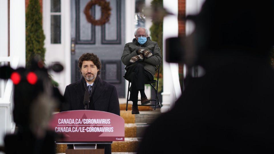 Justin Trudeau también usa el meme de Bernie Sanders.