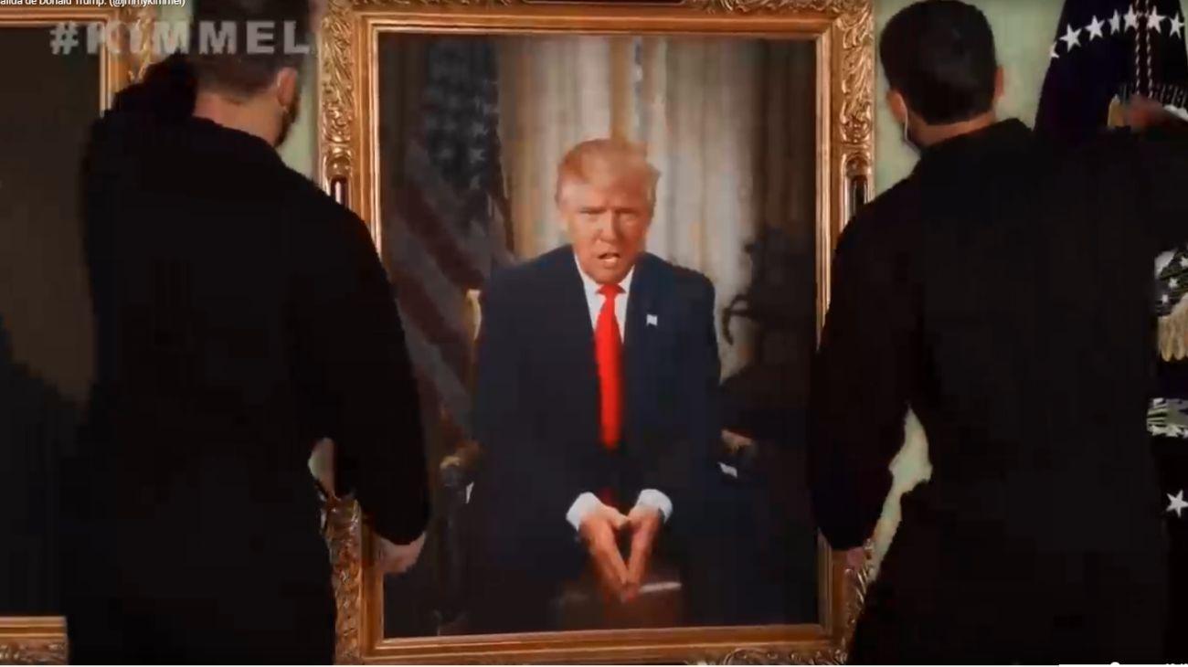Dos empleados se llevan el cuadro de Donald Trump, en el video de Jimmy Kimmel festejando su salida de la Casa Blanca.