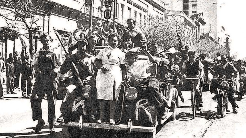 """Desfile. Los jóvenes universitarios soñaban con su propia """"liberación de París"""", pero por Avenida de Mayo. Aquí, en el golpe del 55. Ya tenían armas desde dos años antes."""