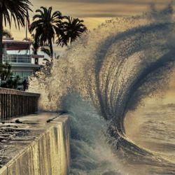 La idea del gigantesco muro marino es tratar de evitar el avance de las aguas sobre la ciudad.