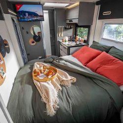 La zona comedor se puede transformar en otra cama.