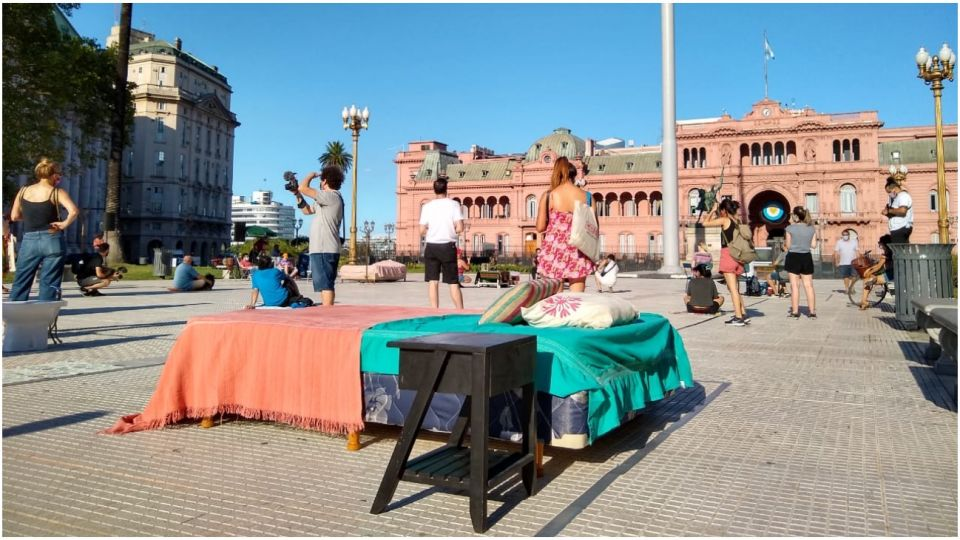 Inquilinos recrearon ambientes de viviendas y relataron en medio de la plaza las situaciones críticas que viven.