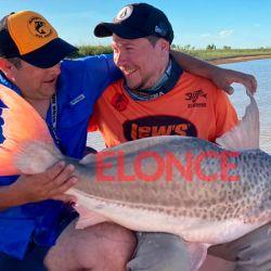 Tras sacarse fotos y filmar un video, los pescadores lo devolvieron al río.