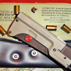 La Llama Pressin en su estuche, con los dos broches que indican la posición del seguro, para poder desactivarlo y disparar sin necesidad de extraerla.
