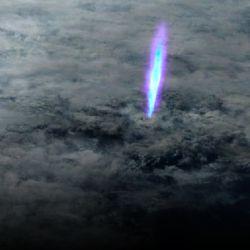 Estos increíbles chorros azules se producen dentro de la tormenta debido a una separación de cargas eléctricas que genera un movimiento ionizador de los componentes.