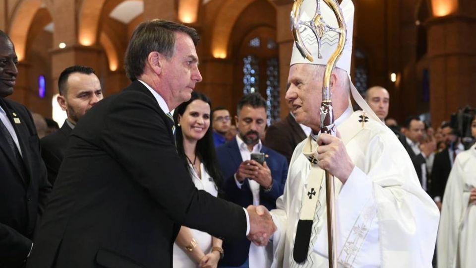 El presidente saluda al cardenal Raymundo Damasceno Assis, arzobispo de Aparecida
