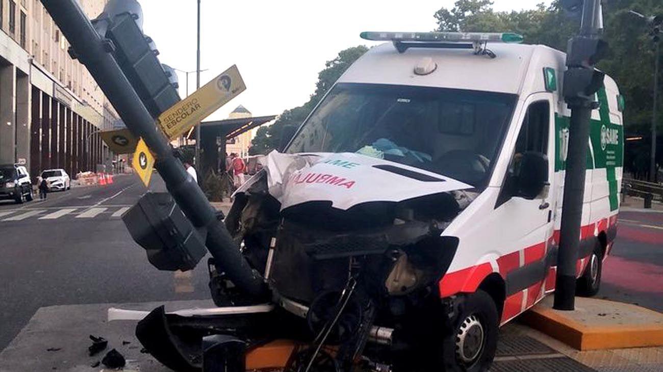 Choque de una ambulancia que llevaba a una persona que había sido mordida por un pitbull.