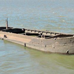 Casco de un barco de cemento hundido.