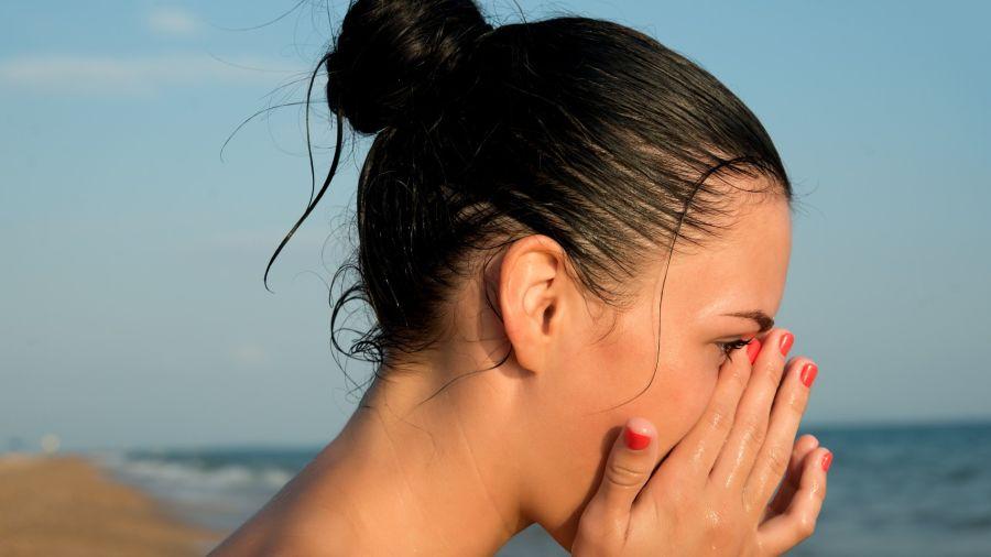 Urticaria: Se trata de ronchas rojizas, elevadas y que pican, que aparecen en la superficie de la piel como reacción alérgica. Generalmente, son inofensivas para la mayoría de las personas.