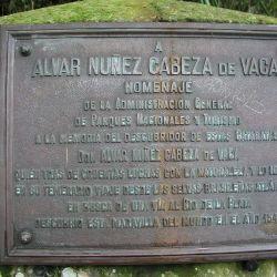 Una placa recuerda al valiente descubridor y navegante español que descubrió a las Cataratas del Iguazú.