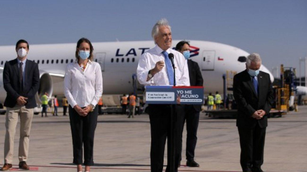 Sebastián Piñera recibió al vuelo con casi 2 millones de vacunas contra el Covid-19 para Chile.