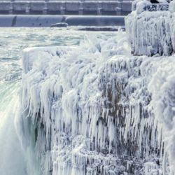 Los enormes bloques de hielo congelados se asemejan a gigantescas rocas glaciales,