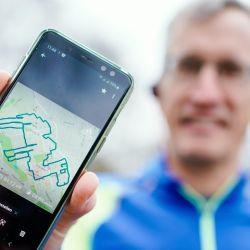 Ya sea un oso hormiguero, un flamenco o un delfín, el ingeniero químico alemán corre por un circuito previamente delineado y registrado en una aplicación de rastreo.