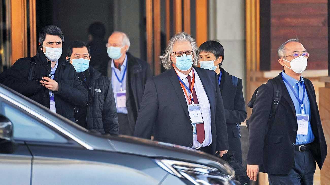 """Arranque. La delegación sale de su hotel rumbo a uno de los hospitales donde se detectaron los primeros casos, en diciembre de 2019. China negó que se trate de una """"investigación""""."""