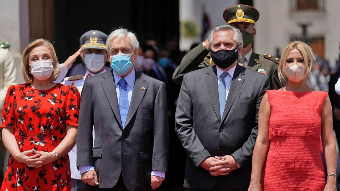 From left to right: Chilean First Lady Cecilia Morel, Chilean President Sebastián Piñera, President Alberto Fernández (2-R) and First Lady Fabiola Yáñez at the La Moneda Presidential Palace in Santiago.