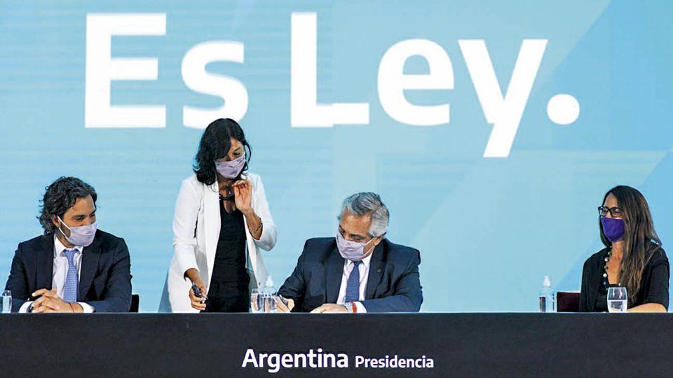 Histórico. Alberto Fernández firmó este mes la vigencia de la ley 27.610.