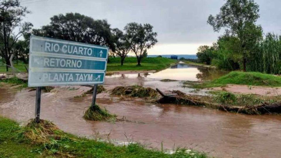 TAYM. La intensa lluvia caída formó un río que arrastró a su paso elementos almacenados en la planta de residuos peligrosos de la empresa del Grupo Roggio. El agua contaminada ingresó al canal Los Molinos.