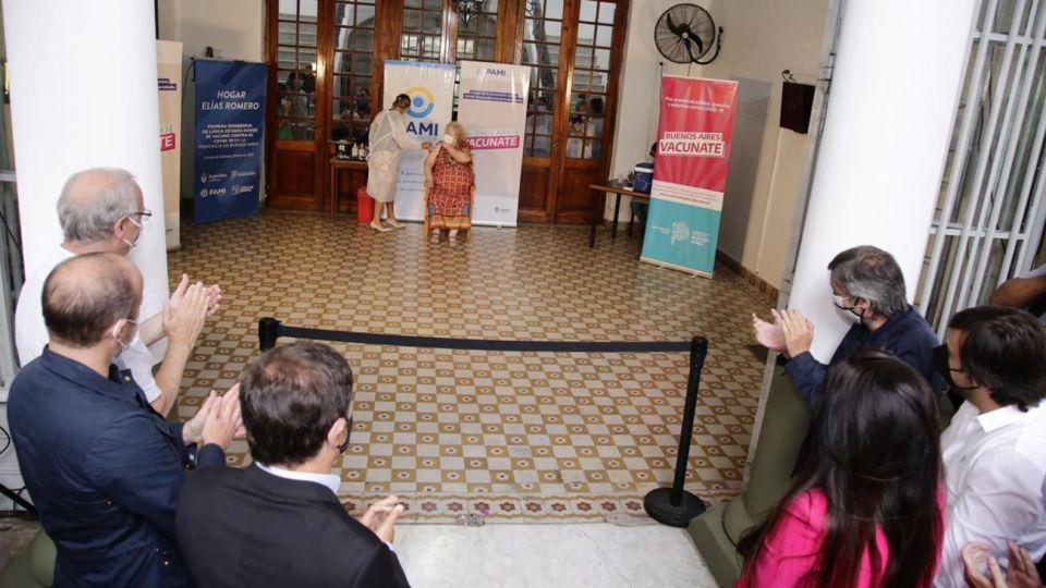 Kicillof, Máximo Kirchner e Insaurralde encabezaron la aplicación de la primera vacuna en un geriátrico del país.