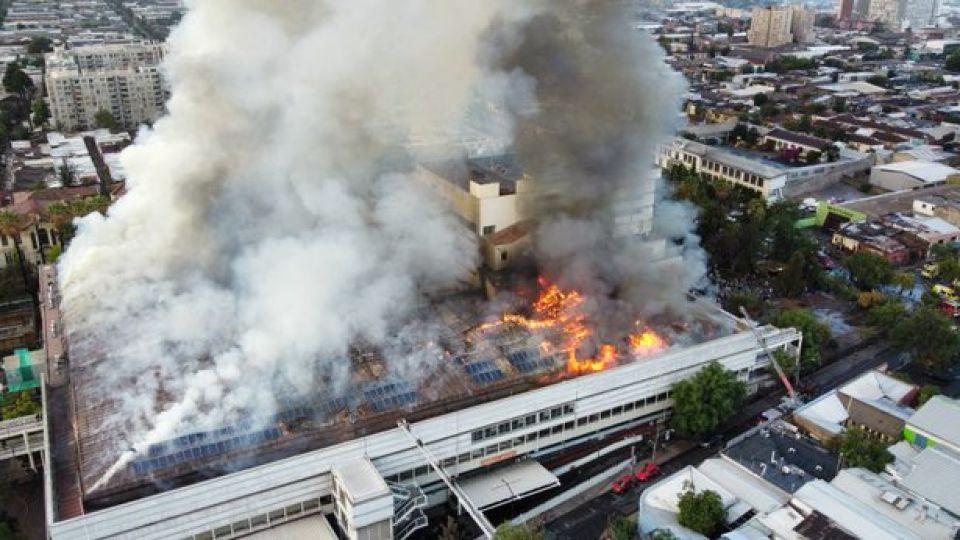 Un incendio destruye gran parte del Hospital San Borja, en Santiago de Chile.