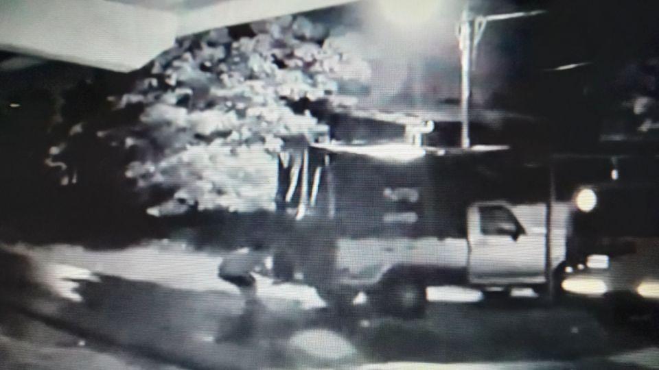 Uno de los ladrones, empujando la camioneta para cometer el robo en el barrio San Carlos, en La Plata.
