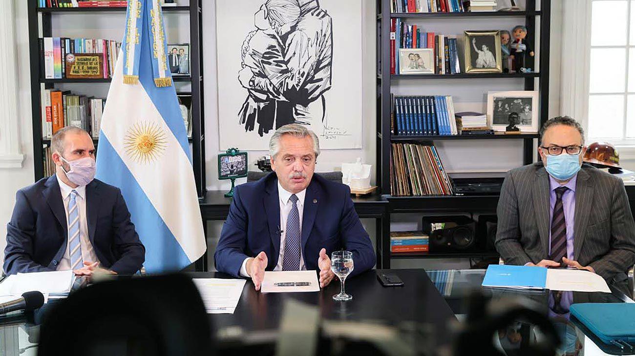 Home office. El Presidente se presentó en el Foro de Davos a distancia con los ministros Guzmán y Kulfas.