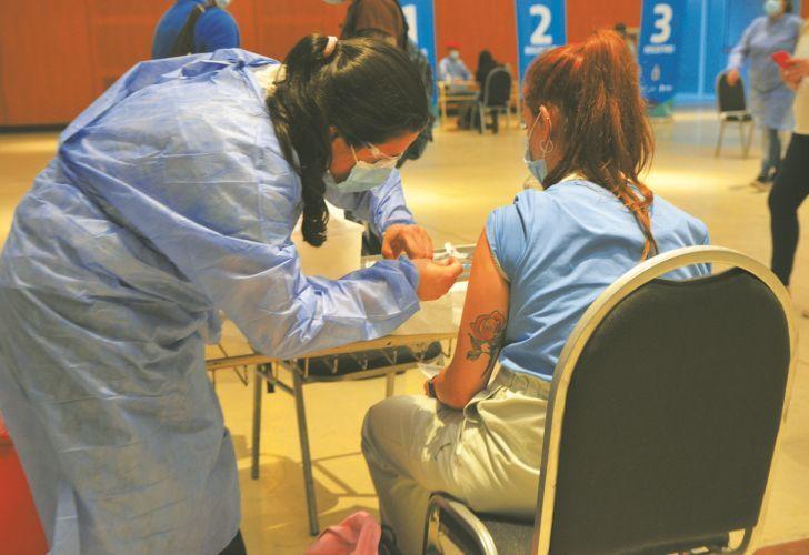 DILEMA. La pregunta es cómo lograr la vacunación sin caer en la antropofagia.
