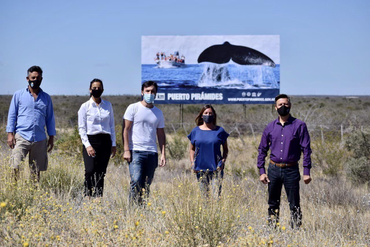 """"""" inauguramos el nuevo cartel de Puerto Pirámides en la Ruta Nacional 3"""", dijo el intendente."""